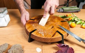 Sau quá trình sơ chế, nấu nướng cá, việc khử mùi tanh của cá cho các loại dụng cụ bếp núc cũng là một nỗi phiền toái.