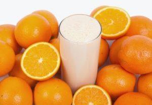 Việc pha sữa bò hoặc sử dụng chung cùng với nước trái cây chua sẽ làm cho cazeine kết dính và lắng đọng lại mang đến cho bạn cảm giác khó tiêu, gây rối loạn tiêu hóa.