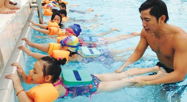 Khi quyết định cho con đi học bơi các bậc phụ huynh cần lưu ý các vấn đề về sức khỏe và an toàn của trẻ