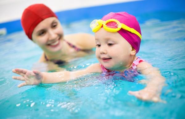 Cho trẻ học bơi từ sớm là một trong những phương pháp giúp trẻ phát triển toàn diện