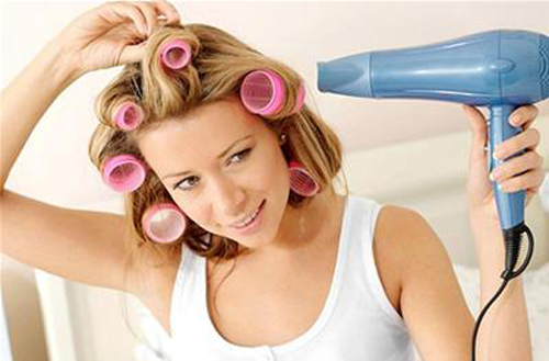 Sử dụng máy sấy tóc đúng cách giúp sấy tóc khô nhanh và đảm bảo tóc không bị hư tổn