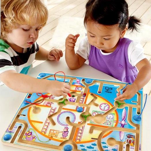 Trẻ em ở trường có thể bổ sung kiến thức bằng đồ chơi vui nhộn và đầy tính giáo dục