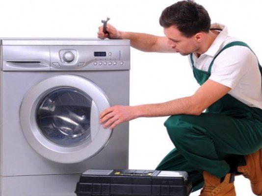 Có nên ngâm quần áo trong máy giặt để đánh tan những vết bẩn trên quần áo hay không?