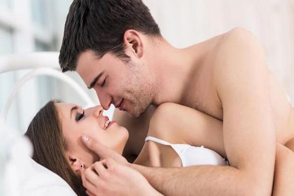 Có cần mơn trớn cô bé trước khi làm tình hay không?